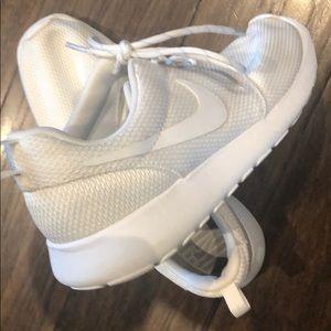 Women's Nike Roches, white, size 9